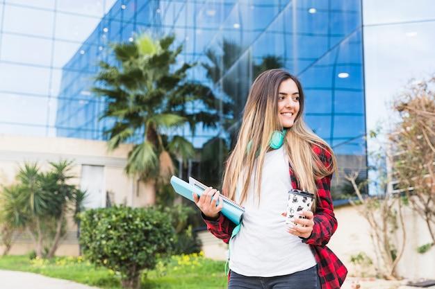 Portrait d'une belle adolescente debout sur le campus Photo gratuit
