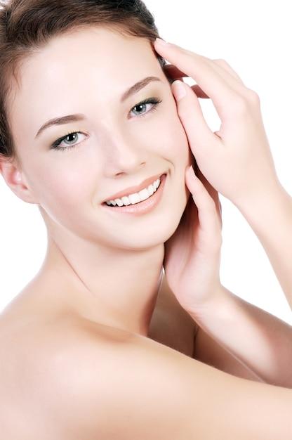 Un Portrait D'une Belle Adolescente Avec Une Peau Blanche Claire, Sur Un Mur Blanc. Photo gratuit