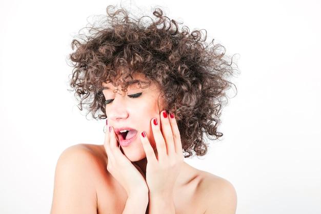 Portrait d'une belle beauté brune élégante Photo gratuit