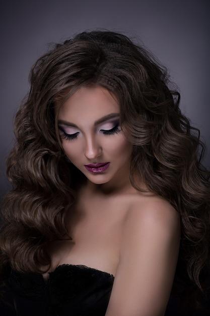 Portrait de belle brune en robe noire Photo Premium