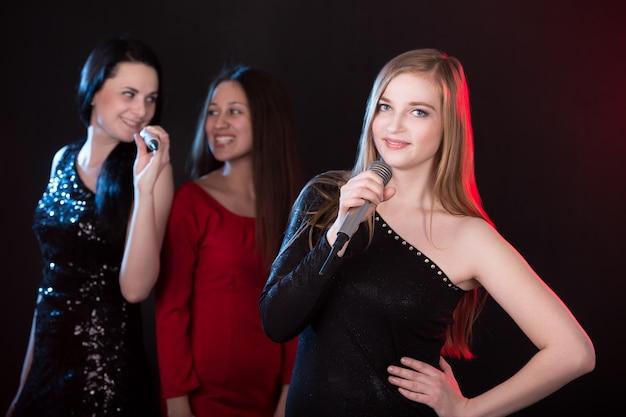 Portrait de belle chanteuse blond Photo gratuit