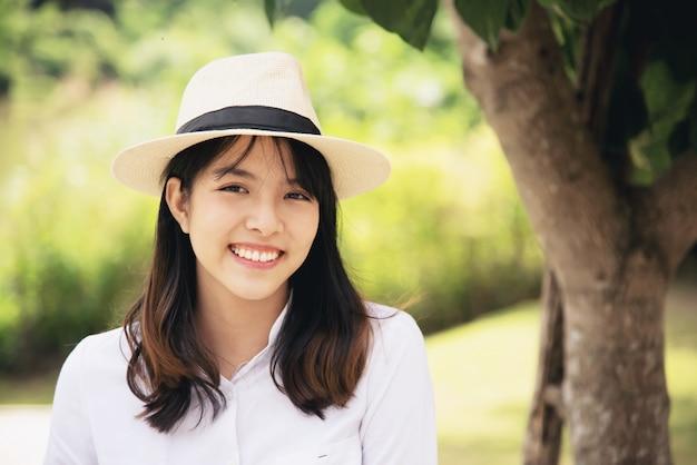 Portrait belle dame belle jeune fille au style de vie heureux Photo gratuit