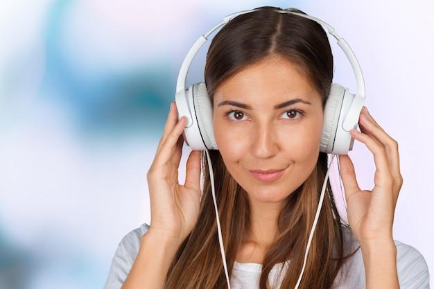 Portrait d'une belle étudiante écoutant de la musique Photo Premium