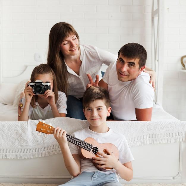 Portrait De Belle Famille Heureuse à La Maison Photo gratuit
