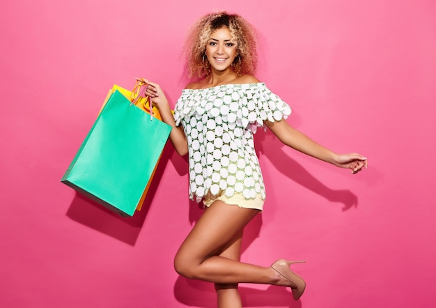 Portrait De Belle Femme Accro Du Shopping Souriant Tenant Des Sacs En Papier Colorés Photo gratuit