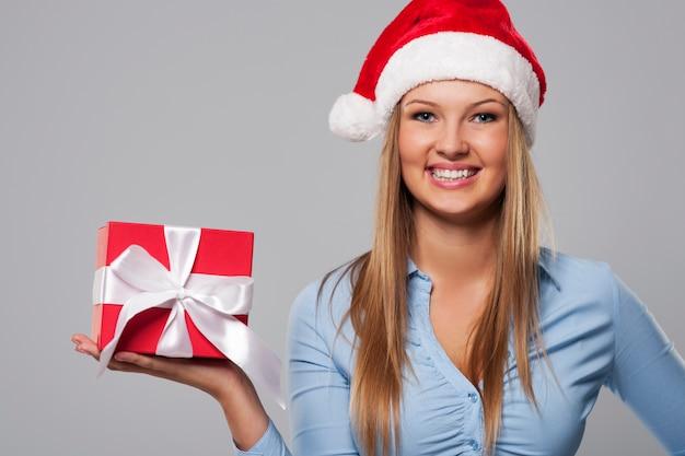 Portrait De La Belle Femme D'affaires De Noël Avec Un Cadeau Rouge Photo gratuit