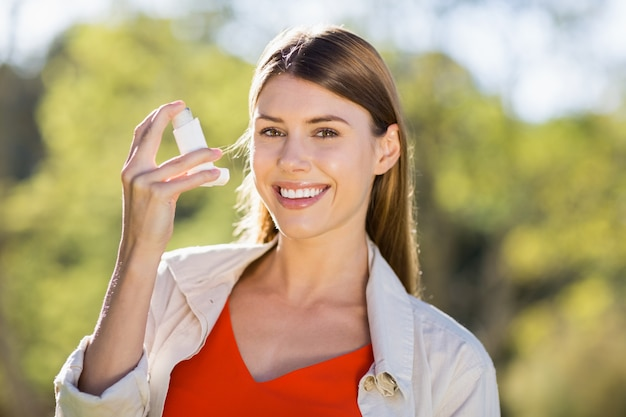 Portrait De La Belle Femme à L'aide D'inhalateur Pour L'asthme Photo Premium