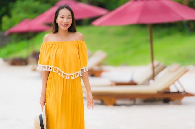 Portrait belle femme asiatique porter un chapeau avec sourire heureux loisir sur la mer, plage, océan, vacances Photo gratuit