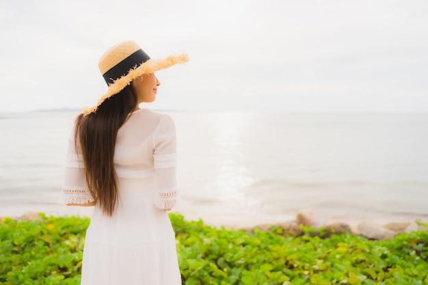Portrait Belle Femme Asiatique Porter Un Chapeau Avec Sourire Heureux Loisirs Sur La Plage Et La Mer En Vacances Photo gratuit