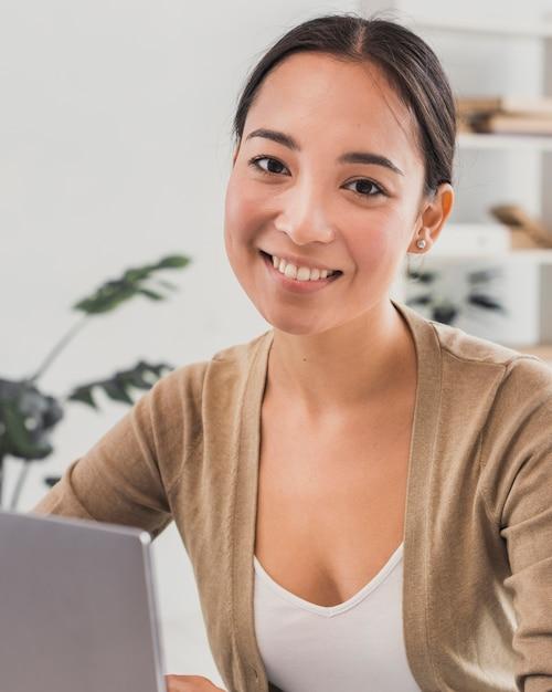 Portrait belle femme au bureau Photo gratuit