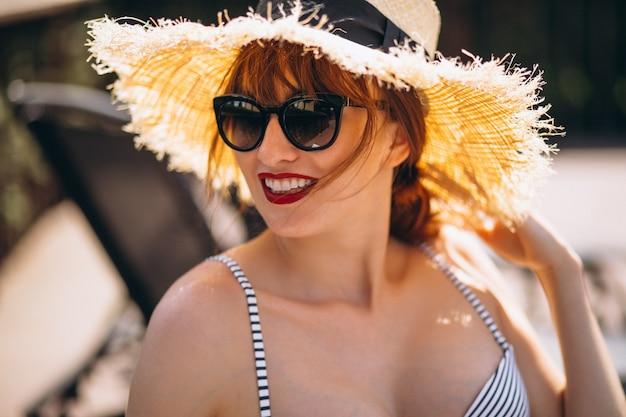 Portrait de belle femme au chapeau en vacances Photo gratuit