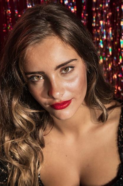 Portrait d'une belle femme aux yeux bruns Photo gratuit