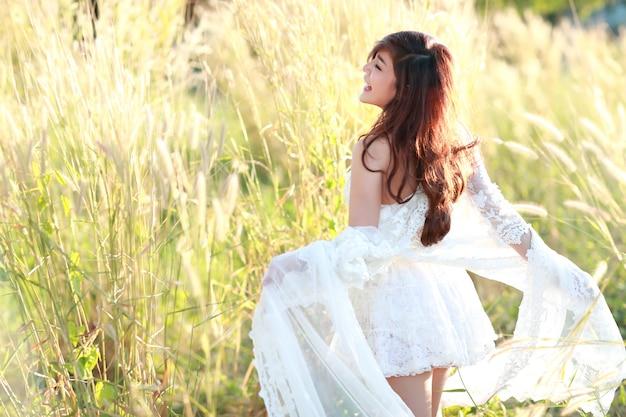 Portrait, de, belle femme, avoir, temps heureux, et, apprécier, parmi, champ herbe, dans, nature Photo Premium