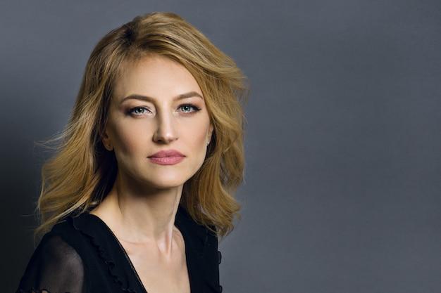 Portrait d'une belle femme blonde d'âge moyen. Photo Premium