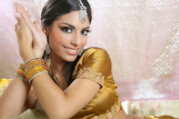 Portrait de belle femme brune indienne Photo Premium