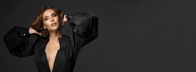 Portrait De La Belle Femme Brune En Robe Noire Photo Premium