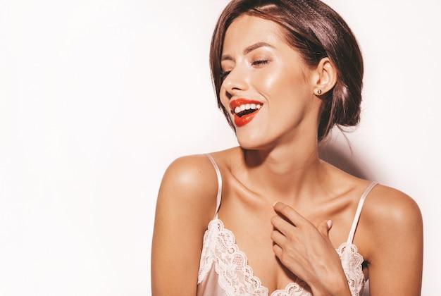 Portrait De La Belle Femme Brune Sensuelle. Fille Dans Des Vêtements Classiques Beiges élégants. Modèle Avec Des Lèvres Rouges Isolé Sur Blanc Photo gratuit