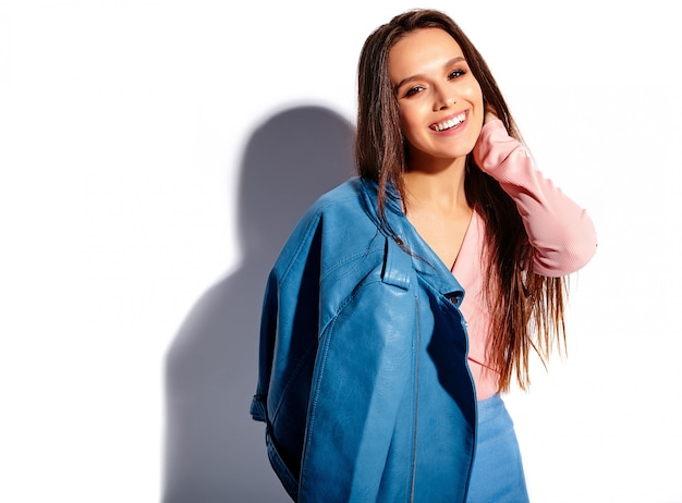 Portrait De La Belle Femme Brune Souriante Caucasienne Modèle En Vêtements élégants D'été Rose Et Bleu Vif Isolé Sur Fond Blanc Photo gratuit