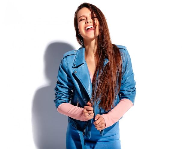 Portrait De La Belle Femme Brune Souriante Caucasienne Modèle En Vêtements élégants D'été Rose Et Bleu Vif Photo gratuit