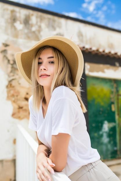 Portrait D'une Belle Femme Caucasienne Sur La Terrasse D'été Avec Sourire En Chapeau D'été Photo gratuit