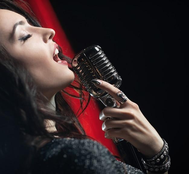 Portrait, de, belle femme, chanter, dans, micro Photo Premium