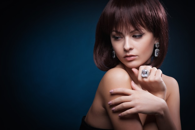 Portrait de belle femme avec une coiffure frisée et maquillage lumineux Photo Premium