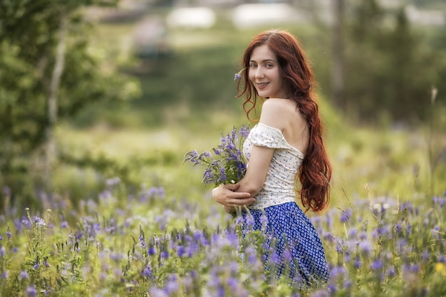 Portrait De La Belle Femme Dans Le Champ Photo Premium