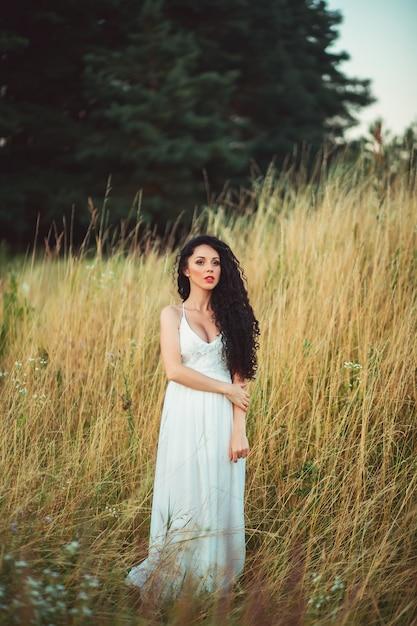 Portrait De La Belle Femme Dans Le Champ Photo Premium