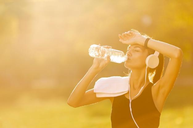 Portrait, de, belle femme, eau potable Photo gratuit