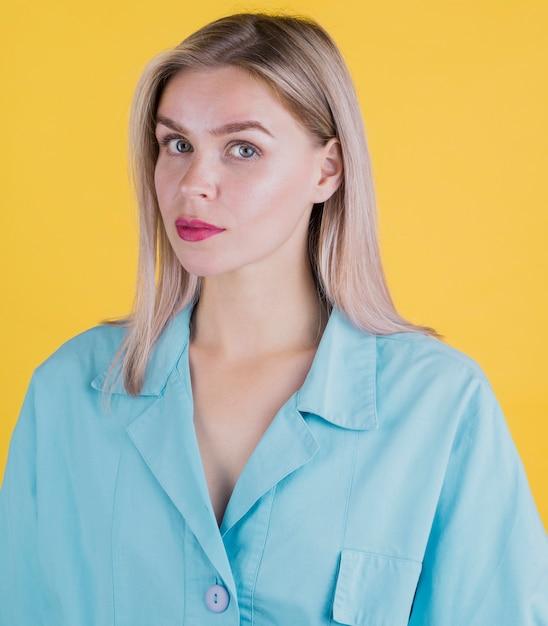 Portrait de belle femme expressive Photo gratuit