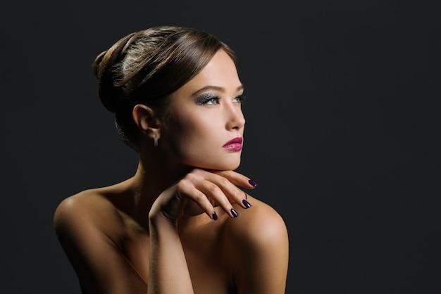Portrait d'une belle femme sur un fond sombre Photo Premium