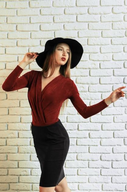 Portrait D'une Belle Femme Gracieuse Au Chapeau élégant Photo Premium