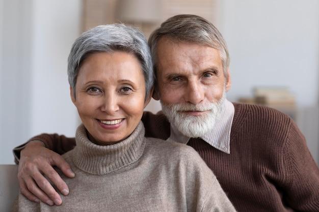 Portrait De La Belle Femme Et Homme Senior Photo gratuit