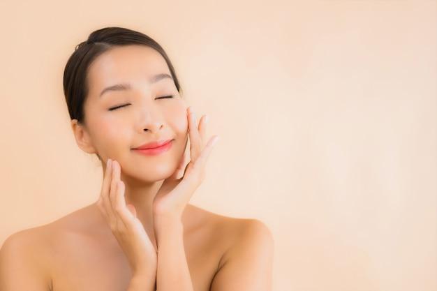 Portrait Belle Femme Jeune Visage Asiatique Avec Concept Spa Beauté Photo gratuit