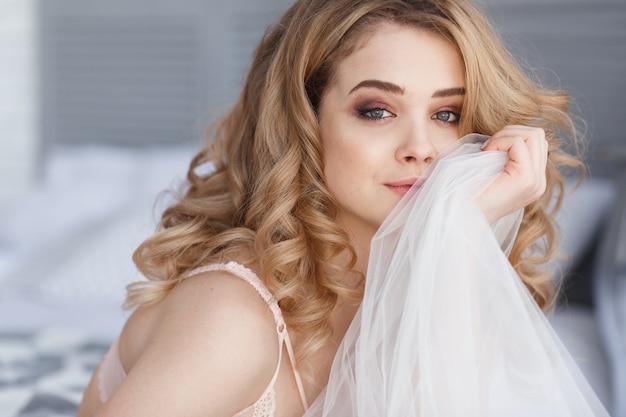 Portrait De Belle Femme Jolie Souriante Relaxante Dans La Chambre A Coucher Brides Matin Photo Gratuite