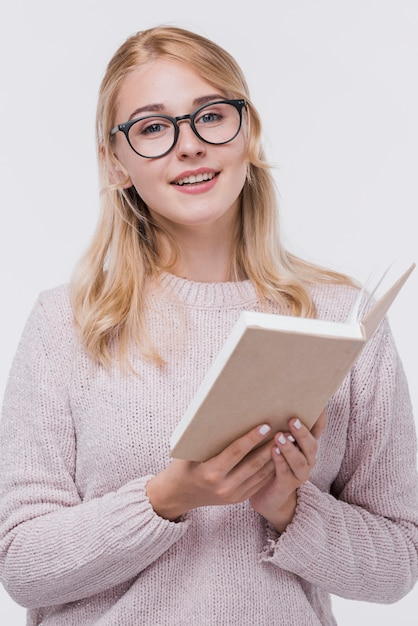 Portrait de belle femme avec des lunettes Photo gratuit