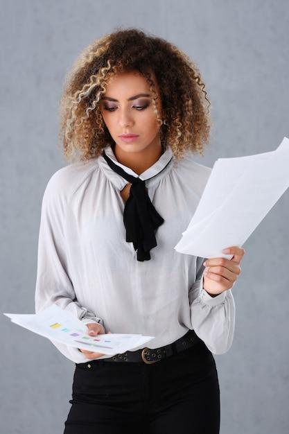 Portrait De La Belle Femme Noire. Peut Contenir Des Documents Papier Photo Premium