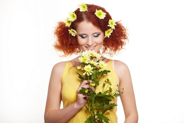 Portrait De La Belle Femme Rousse Au Gingembre Souriant En Tissu Jaune Tenant Des Fleurs Jaunes Et Des Fleurs Dans Les Cheveux Isolé Sur Blanc Photo gratuit