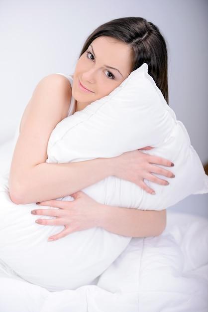 Portrait de belle femme se détendre sur le lit. Photo Premium
