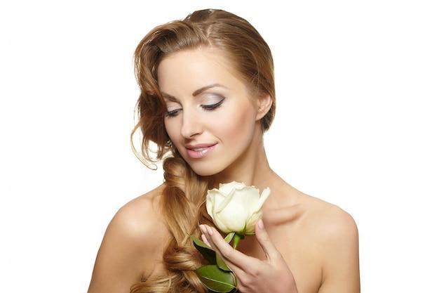Portrait De Belle Femme Souriante Sensuelle Avec Rose Blanche Sur Blanc Photo gratuit