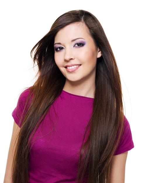 Portrait D'une Belle Femme Avec Un Sourire à Pleines Dents Et De Longs Cheveux Bruns Photo gratuit