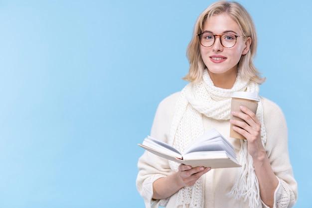 Portrait De Belle Femme Tenant Un Livre Photo gratuit