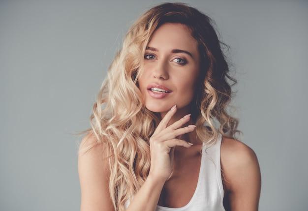 Portrait De Belle Fille Blonde Posant Photo Premium