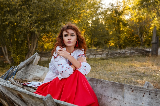 Portrait d'une belle fille en costume national slave. Photo Premium
