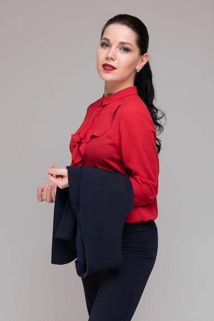 Portrait, de, a, belle fille, dans, clair, vêtements affaires, isolé Photo Premium
