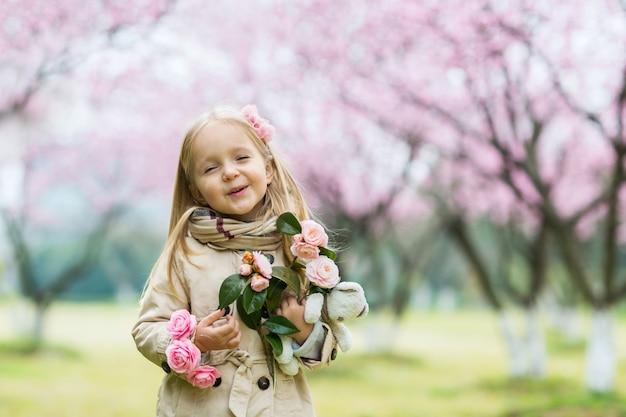 Portrait De La Belle Fille Avec Des Fleurs épanouies Photo Premium