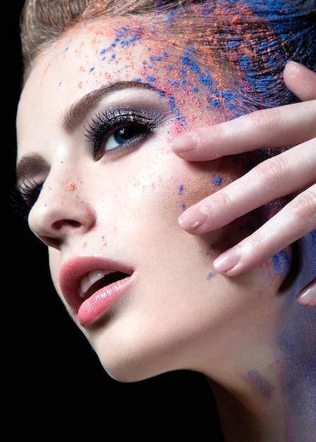 Portrait D'une Belle Fille Avec De La Peinture Sur Son Visage Photo Premium