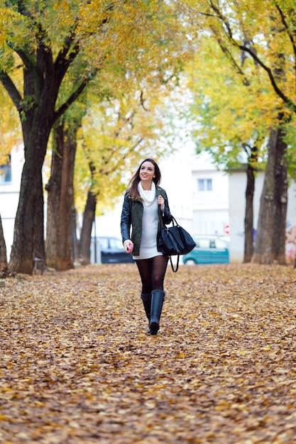 Portrait d'une belle fille qui marche en automne. Photo gratuit
