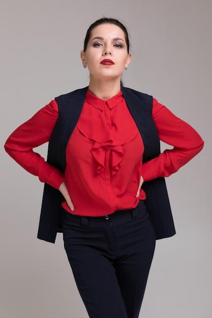 Portrait d'une belle fille en vêtements d'affaires brillant isolé Photo Premium