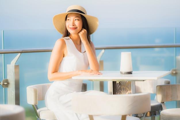 Portrait belle jeune femme asiatique assise dans le restaurant Photo gratuit
